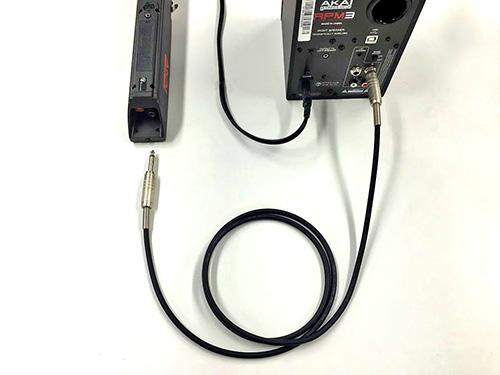 ケーブルでアンプと接続する場合
